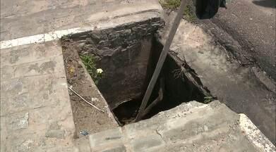 Bueiros sem tampa pelas ruas de João Pessoa - Seu Manoel, morador do Valentina Figueiredo, sinalizou os buracos na rua, mas nem sempre é possível evitar acidentes.