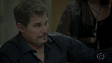 Dantas comenta com a família que Bibi está irreconhecível - Aurora se lamenta com Caio