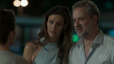 Joyce e Eugênio tentam conversar com Ivan - O casal se surpreende ao vê-lo ser chamado pelo novo nome
