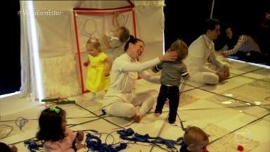 Peça de teatro para bebês mostra o desenvolvimento corporal da criança - A peça Scaratuja está em cartaz no teatro Folha até 25 de outubro. A obra mostra para as crianças o desenvolvimento de seus movimentos.