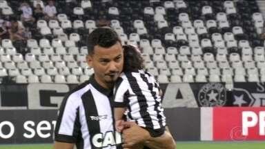 Lindoso comemora 100 jogos pelo Botafogo, marca um gol, e time bate Santos por 2 a 0 - Jogador leva filha para o campo.