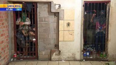 Falta de vagas motiva soltura de mais de 300 apenados do semiaberto em Porto Alegre - Em Gravataí, na Região Metropolitana de Porto Alegre, em frente à delegacia, três viaturas estão lotadas de presos. A reportagem testemunhou, por exemplo, um dos presos algemado a outro detento, deitado na calçada.