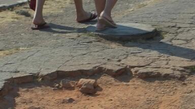 Pedestres encontram dificuldades de caminhar nas calçadas em Taguatinga Norte - Pedestres encontram calçadas quebradas e esburacadas na QNL. O prefeito das QNLs pede reforma há muito tempo, mas o pedido não é atendido. Muitas pessoas relatam que levaram tombos no local.