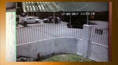 Câmeras flagram momento em que viatura bate em carro durante perseguição em sequestro - Caso foi registrado no domingo (17) em Campina Grande.