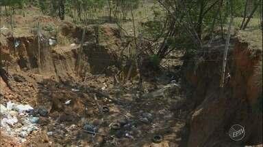 Buraco aberto em rua do Jardim Novo Itaguaçu, em Campinas, preocupa moradores - Segundo moradores, a rua começou a desmoronar no local há cerca de dois meses.