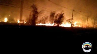 Incêndio destruiu área de mata em Pinda - Fogo foi em terreno próximo a supermercado.