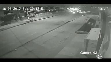 Câmeras de segurança registram momentos que antecedeu tiroteio no Alto do Moura - Antes da ação, comunidade estava aparentemente tranquila.