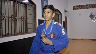 Ouro de MS nos Jogos da Juventude veio no judô com atleta Ricardo - Garoto voltou aos treinos depois de se destacar no pódio e teve surpresa na academia.