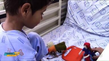 Ação de voluntários ajuda o tratamento de muitos pacientes, nos hospitais de Curitiba - No Hospital Pequeno Príncipe, por exemplo, voluntários contam histórias e alegram os dias das crianças internadas.