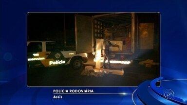 Polícia apreende maconha escondida em caminhão de mudanças em Assis - Dentro da cama, do guarda roupas e da geladeira, os policiais rodoviários encontraram 572 tabletes de maconha, totalizando 500 kg de entorpecente.
