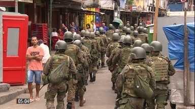 Moradores registram novos tiroteios entre traficantes rivais na Favela da Rocinha, no RJ - A disputa por pontos de venda de droga causou, desde sexta-feira (22), a morte de três pessoas e fez com que escolas suspendessem, nesta segunda-feira (25), as aulas na comunidade.