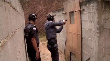 Reportagem acompanha um dia de treinamento da Polícia Militar em Linhares, ES - PMs fizeram simulações de situações que podem acontecer na vida real.