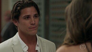 Lourenço confessa para Luíza que nunca a esqueceu - Eric observa a conversa de longe e sente ciúmes. Sandra Helena aproveita para conversar com o dono do Carioca Palace