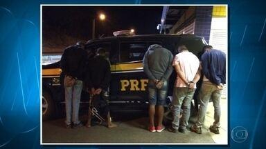 Cinco suspeitos são detidos com arma e droga na BR-040, em Sete Lagoas - Eles seguiam em um carro no sentido Brasília.