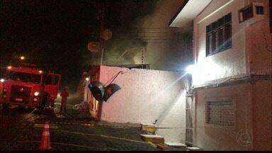 Incêndio atinge maternidade em João Pessoa e pacientes são transferidos - Incêndio atingiu almoxarifado da maternidade Frei Damião, mas fumaça se alastrou pelo hospital.