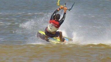 Kitesurf é praticado em lagoa na Região dos Lagos do Rio - Assista a seguir.