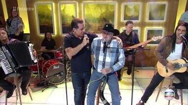 Sérgio Reis canta 'Menino da Porteira' - Cantor se apresenta no palco do 'Encontro' e Leandro Hassum se arrisca no berrante