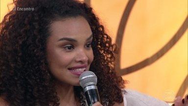 Lucy Ramos publica vídeos sobre aceitação de seus cachos - Atriz interpreta Leila na novela 'A Força do Querer' e tem um programa semanal na internet sobre a beleza dos cabelos cacheados