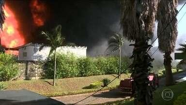 Grande incêndio atinge transportadora no interior de SP - O fogo na transportadora em Sumaré, perto de Campinas, pode causar explosões e atingir empresas vizinhas.