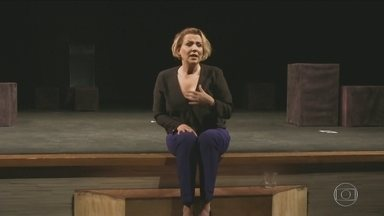 """Ana Beatriz Nogueira encena peça no Centro - Atriz estrela o solo """"Um pai (puzzle)""""."""
