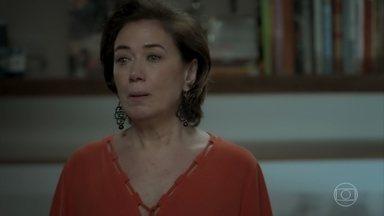 Silvana implora que o agiota vá embora de sua casa - Ela promete que vai pagar sua dívida, mas o bandido não aceita os argumentos