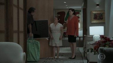 O agiota dá 10 dias para Silvana quitar a dívida - Ele vai embora levando objetos da casa de Eurico