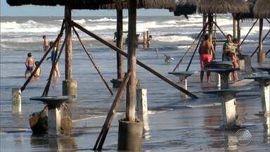 Avanço da maré destrói barracas de praia em Ilhéus, na região sul - Comerciantes locais comentam sobre o prejuízo.