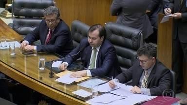 Relator da denúncia contra Temer pede a rejeição das acusações da PGR - A posição do relator já era conhecida. O que não se esperava é que, no mesmo dia o presidente da Câmara, Rodrigo Maia, voltasse a criticar o governo.