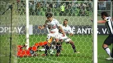 São Paulo perde para o Atlético-MG e pode terminar a rodada na zona de rebaixamento - Fábio Santos fez, de pênalti, o único gol da partida