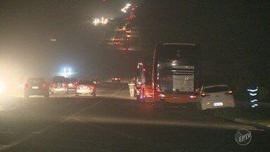 Acidente entre caminhão e ônibus deixa três feridos em Santa Bárbara d'Oeste - Carreta estava carregada com cerveja, que espalhou na pista da SP-304.