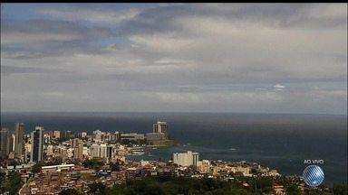 Previsão do tempo: Salvador deve ter chuva rápida e isolada até segunda-feira (16) - Manhã deste sábado (14) foi marcada por tempo fechado em várias partes da capital baiana.