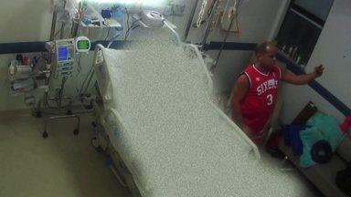 Foto que expõe sambista Arlindo Cruz no hospital viraliza e causa indignação - Tudo começou com selfie feita pelo massoterapeuta do músico. Cantor está internado há sete meses, após ter sofrido um AVC.