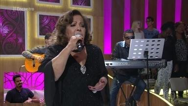 Ângela Maria conta que Roberto Carlos liberou todo seu repertório - Cantora interpreta 'Como é Grande o Meu Amor por Você'