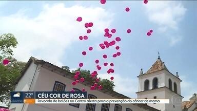 Balões rosa alertam para a prevenção do câncer de mama no centro de São Paulo - Um grupo de mulheres do Conselho Estadual da Condição Feminina se reuniu no pátio do colégio e distribuíram folhetos informativos. Elas também conversaram com quem passava sobre a prevenção do câncer de mama.