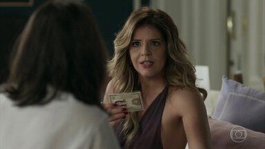 Maria Pia descobre que Bebeth falsificou sua identidade - Bebeth tenta despachar Maria Pia, mas a filha de Lígia insiste em conversar e acaba vendo o documento