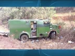 Bandidos armados com fuzis explodem carro-forte na BR-251, em Grão Mogol - Cerca de 10 homens participaram da ação na tarde desta terça-feira (17); criminosos fugiram em um carro de cor clara no sentido Montes Claros.