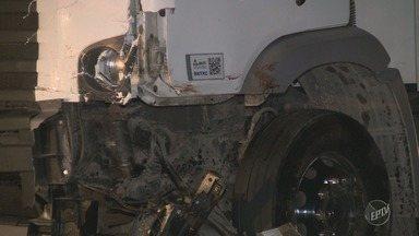 Caminhoneiro responsável por acidente em rodovia de Amparo é solto pela polícia - Polícia não descarta hipótese de que motorista pode ter dormido ao volante enquanto dirigia.