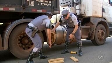 Polícia Rodoviária apreende carga de maconha escondida em tanque de caminhão em Garça - Polícia Rodoviária apreende carga de maconha escondida em tanque de caminhão em Garça.