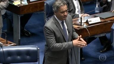 Aécio volta ao Senado, mas ainda enfrenta pressão dentro do PSDB - Aécio fez rápido discurso sem ocupar a tribuna e afirmou que retorna com a serenidade dos homens de bem. Ele se diz vítima de ardilosa armação.