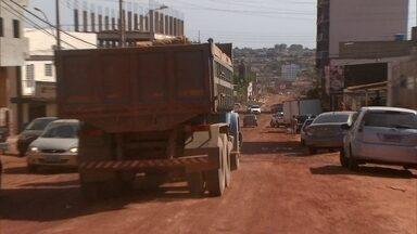 Falta de asfalto prejudica moradores e comerciantes de Vicente Pires - Uma das principais avenidas da colônia agrícola Samambaia, em Vicente Pires, está sem asfalto. E isso tem dado todo tipo de prejuízo aos moradores e comerciantes.