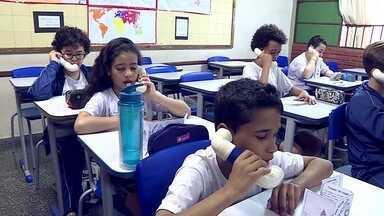 Toque de mestre: sussurrofone melhora desempenho dos alunos - Professora de Inglês de Belo Horizonte criou objeto para facilitar o treino de pronúncia das palavras.