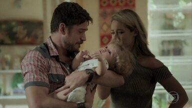 Zeca se emociona com descoberta de paternidade - Caminhoneiro briga com Ritinha e quer saber porque ela escondeu paternidade. Jeiza fica sabendo que Ruyzinho é filho de Zeca. Zeca avisa que vai resolver tudo na Justiça