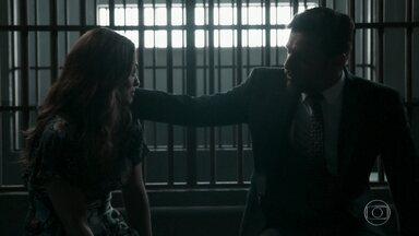 Bibi é presa e pede perdão a Caio - Ela afirma que o ex está livre de seu único deslize ético. Caio conta que está saindo do país e Bibi o agradece por tudo que ele fez sem se revelar. Elvira fica indignada com o delegado