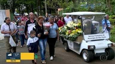 Corpos de adolescentes atropelados em bicicleta na Zona Sul de SP são enterrados - Os corpos dos dois adolescentes que foram atropelados na Zona Sul da cidade São Paulo nesta sexta-feira (20) foram enterrados no domingo (22), no cemitério Campo Grande, também na Zona Sul da capital.