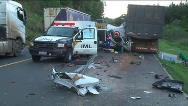 Três pessoas morrem em acidente envolvendo ambulância - A batida foi na Serra da Esperança, em Guarapuava.