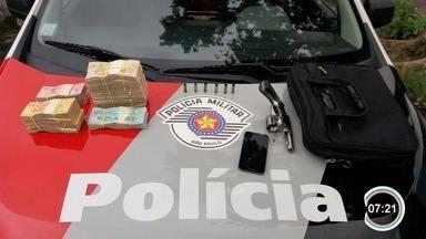 Vítima tem R$ 64 mil roubados em 'saidinha de banco' na Vila Industrial em São José - Suspeito foi preso e dinheiro foi recuperado.