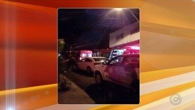 PM atira em motorista durante confusão após batida em rua de Bauru - Um policial militar de 29 anos disparou três vezes em um homem de 47 anos durante uma discussão por conta de um acidente de trânsito na noite desta segunda-feira (23), no Jardim Bela Vista, em Bauru (SP).