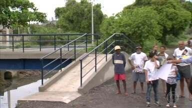 RJ Móvel cobra promessa em Pedra de Guaratiba - Moradores improvisaram uma ponte em frente a uma escola.