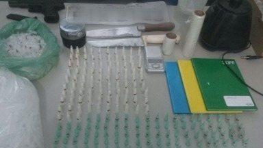 Polícia prende dupla suspeita de tráfico de drogas em Ribeirão Preto - Homens foram pegos em prédio na zona sul da cidade.