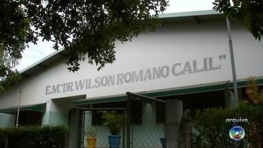 Suspeito é flagrado ao tentar invadir escola em Rio Preto - Um suspeito foi flagrado na noite desta segunda-feira (23) tentando invadir a Escola Deputado Roberto Rolemberg, no bairro Santo Antônio, em São José do Rio Preto (SP). O flagrante foi feito pela Guarda Municipal, que fazia ronda pelo local.